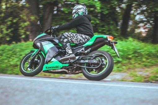 Motociklininkų sezonas: supratimo trūkumas iš automobilių vairuotojų ir džinsai vietoje specialios aprangos