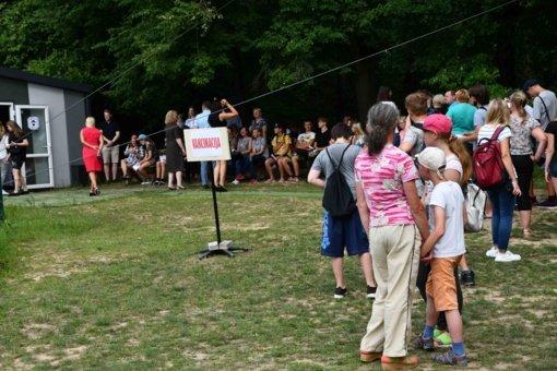 Pramogų parke prie skiepų nusidriekė žmonių eilė