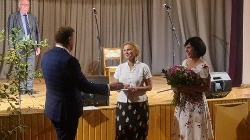Joniškio rajono mero padėkos raštas įteiktas šviesios atminties skulptoriaus R. Kvinto žmonai E. Kvintienei