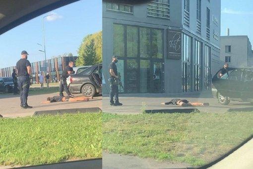 Du jaunuoliai Aleksote prisidirbo: kelionę baigė veidu į asfaltą