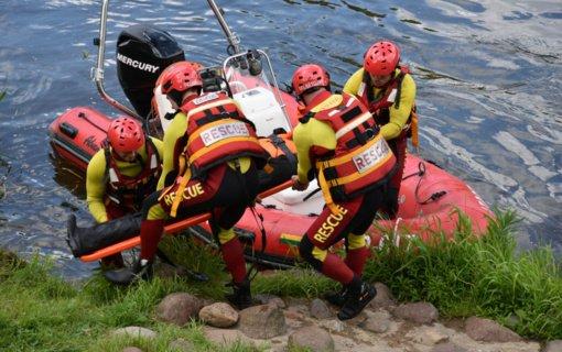 Kėdainių rajone iš vandens telkinio ištrauktas automobilis su vyro kūnu