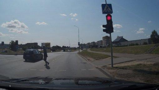 Kai raudonas šviesoforo signalas negalioja: taip atrodo žingsnis iki nelaimės