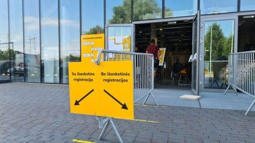 Mažėjant besiskiepijančiųjų srautui, uždaromas vakcinavimo centras Šiaulių arenoje