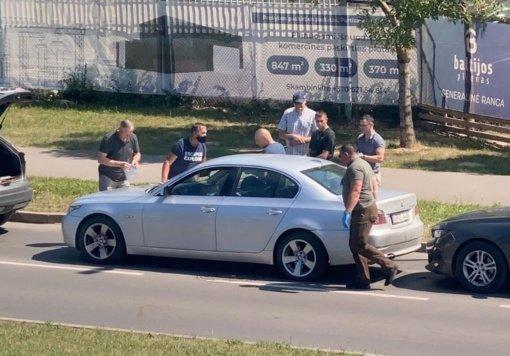 """Kriminalistų operacija Partizanų gatvėje: užspaudė sidabrinį """"BMW"""""""