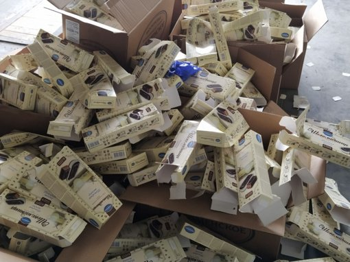 Įtartini tortai: patikrinę konditerijos siuntą iš Maskvos, Medininkų muitininkai rado didžiulę cigarečių kontrabandą