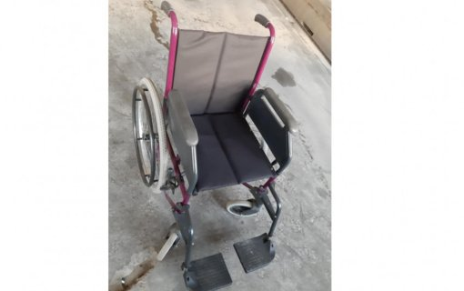 Neįgaliojo vežimėlis vidury gatvės