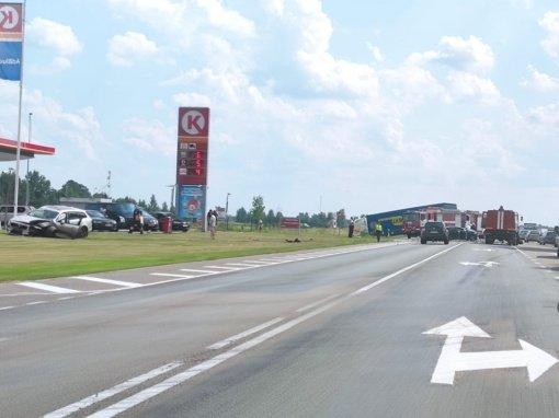 """Didelė avarija """"Via Baltica"""" kelyje: susidūrė vilkikas ir du automobiliai"""