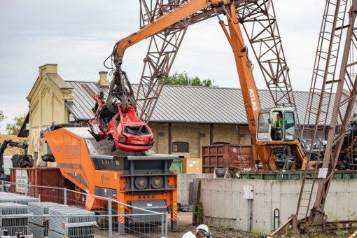 Vilniaus kiemuose dūlėję nevažiuojantys automobiliai virsta drožlėmis
