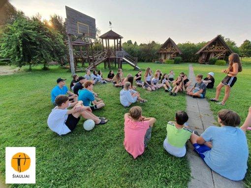 """""""Sandoros"""" progimnazijos stovykla kvietė pasivaikščioti po saulėtu Žemaitijos dangum"""