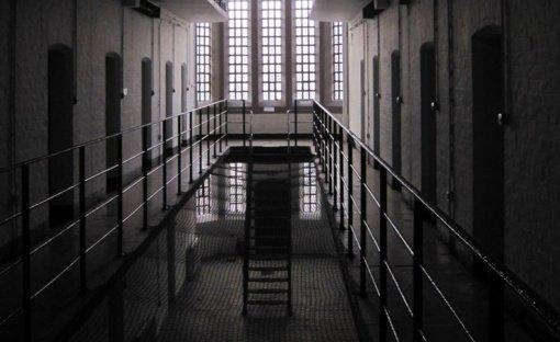 Dešimtys kalinių per klaidą išleisti į laisvę