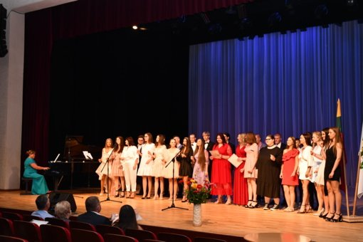Birštono gimnazija išlydėjo XV laidą