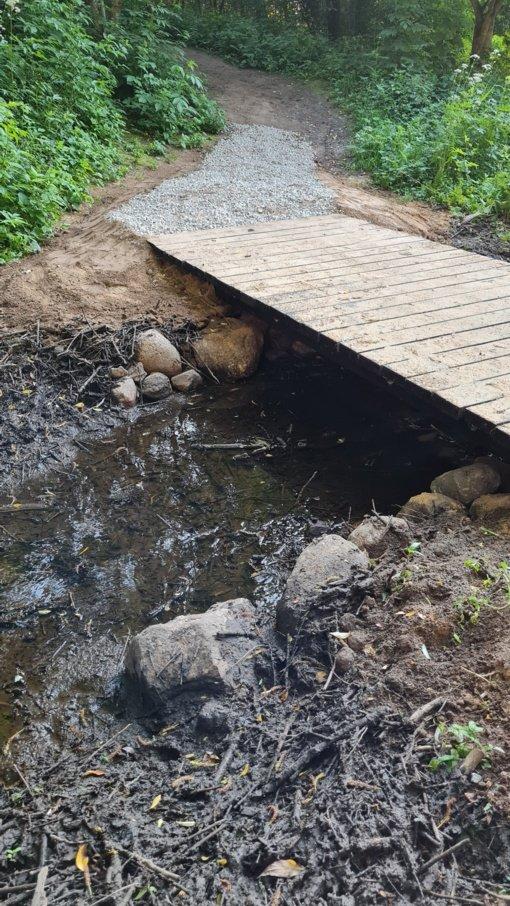 Talkšos miško prieglobstyje – vietos gyventojų pastatytas naujas lieptelis per upelį