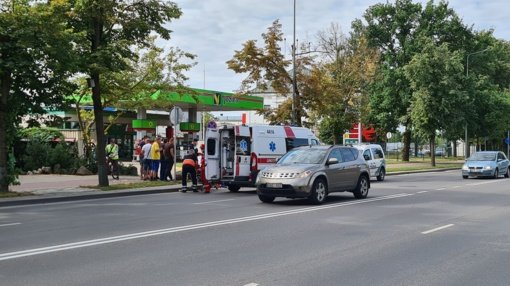 Šiauliuose eismo įvykis: susidūrė lengvasis automobilis ir paspirtukas (vaizdo įrašas)