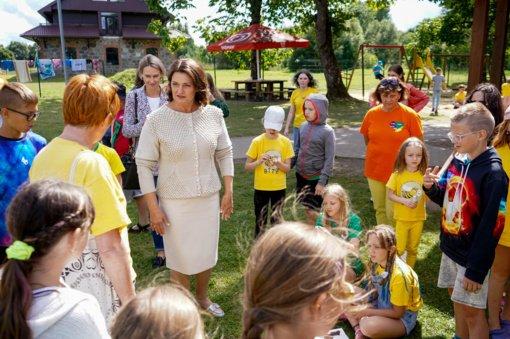 D. Nausėdienė aplankė vasaros stovykloje poilsiaujančius lituanistinių mokyklų vaikus