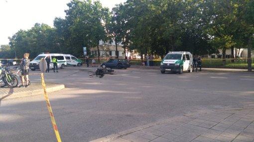 Motociklininkas po susidūrimo prarado sąmonę ir ligoninėje mirė (PAPILDYTA policijos informacija ir įvykio liudininko nuotraukomis)