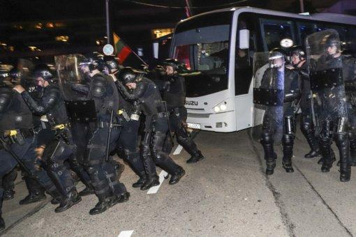 Per riaušes prie Seimo nukentėjo 15 pareigūnų, trys buvo patekę į gydymo įstaigas