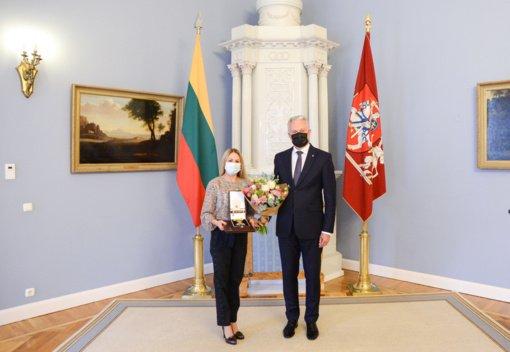 Prezidentas Tokijo olimpiados vicečempionei L. Asadauskaitei-Zadneprovskienei įteikė apdovanojimą už nuopelnus