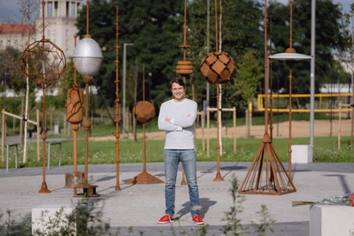 """Vilniaus centre iškilo naujas """"Sodas"""" – šiuolaikinio meno kūrinys"""