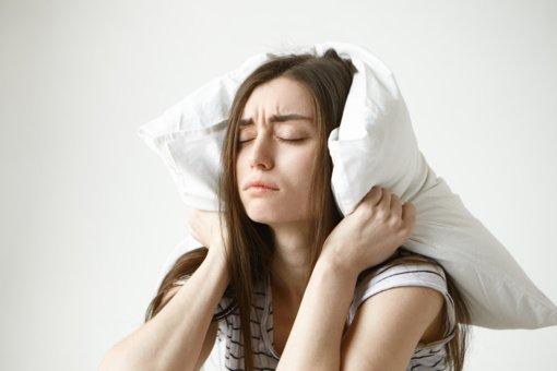 Naktiniai prabudimai: apie kokius negalavimus jie perspėja?