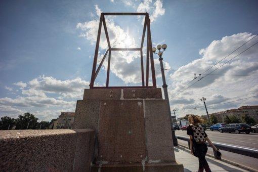 Ant sostinės Žaliojo tilto iškilo meninė instaliacija
