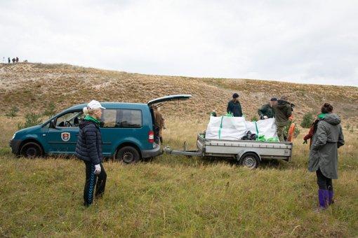 Tvarkant nacionalinius parkus, surinkta 45 tonos šiukšlių ir išvaduota kirstukų šeima
