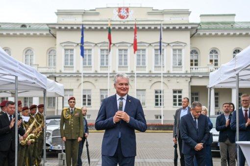 """Prezidentas įteikė taurę ralio """"Aplink Lietuvą 2021"""" nugalėtojams, padėkojo už tęsiamą tradiciją"""