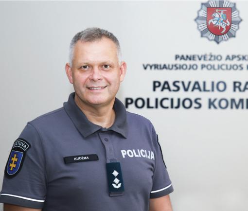Keliauti mėgstantis policijos viršininkas darbo metu į laikrodį nežvilgčioja