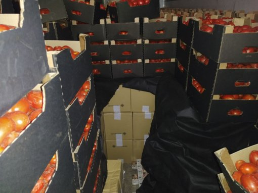 Kontrabanda tarp džemo ir pomidorų: Šalčininkuose muitininkai sulaikė du vilkikus su nelegaliais rūkalais