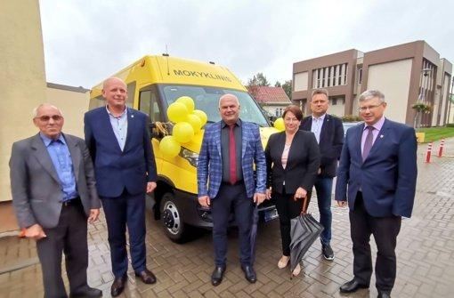 Užvenčio Šatrijos Raganos gimnazijai perduotas geltonasis autobusas