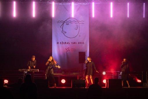 """Melomanus mėgautis muzika kvietė performatyvios poezijos ir muzikos festivalis """"Ir ežeras turi ausis"""""""