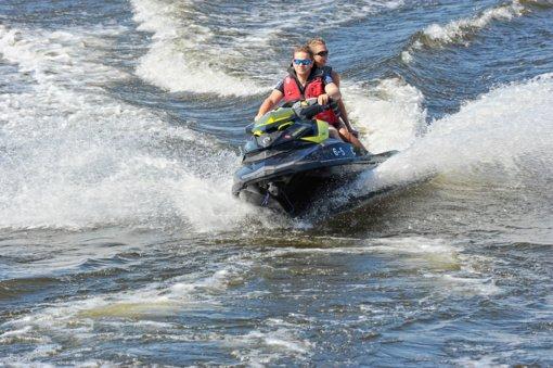 Prestižinėse tarptautinėse varžybose vandens motociklai lenktyniaus Kupiškio mariose