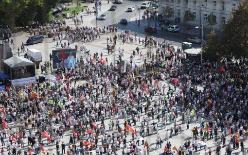 Po mitingo Katedros aikštėje dalyviai patraukė Gedimino prospektu Seimo link