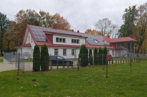 Ant Tauragės šeimos gerovės centro pastatų stogų suspindo elektrinės
