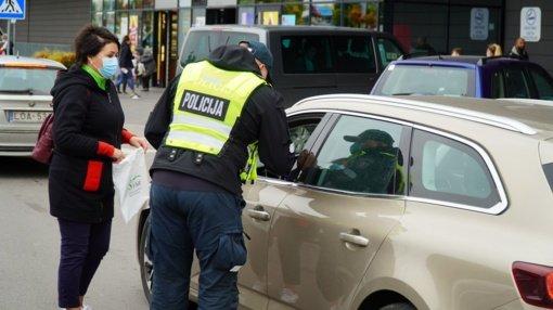 Prevencinės akcijos metu šiauliečiams priminta apie saugų eismą kelyje
