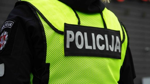 Sulaikomas vyras policininkus puolė kirviu, peiliu, bute rasta peilių, įtariama, narkotikų