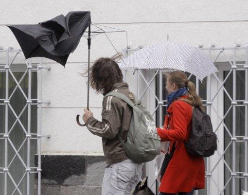 Sinoptikai įspėja: sulauksime pavojingo rūgštaus lietaus ir stipraus vėjo