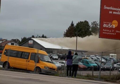 Uteniškiai dėl kilusio didelio gaisro autoservise raginami nebūti lauke
