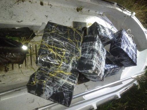 Į Lietuvą plukdytus rūkalus kontrabandininkai užmaskavo žolėmis ir purvu