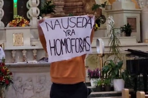 """G. Nausėdos kalbą Čikagoje sutrikdė incidentas: iškeltas plakatas su užrašu """"Nausėda yra homofobas"""""""