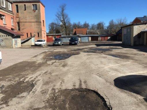 Tauragėje duobėta automobilių stovėjimo aikštelė sulauks remonto