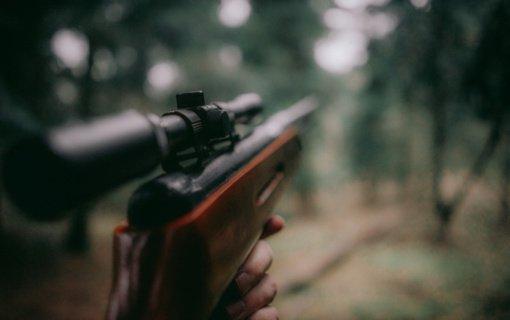 Aplinkosaugininkai Eičiūnuose sulaikė medžiotoją, kuri vežėsi naktinio matymo priedelį
