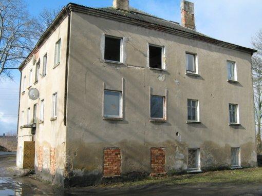 Degė apleistas namas ir pašto dėžutės