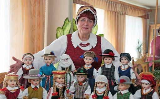 Tautiniais kostiumais papuoštos lėlės keliauja po pasaulį