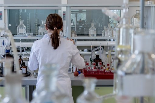 """""""AstraZeneca"""" skelbia optimistinius vaisto nuo COVID-19 bandymų rezultatus"""