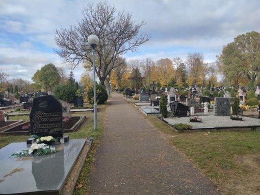 Artėja mirusiųjų pagerbimo dienos – intensyviau tvarkomos kapinės