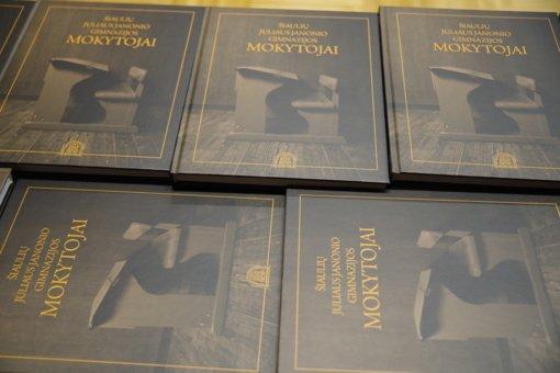 Pristatytas Juliaus Janonio gimnazijos darbuotojų fotografijų albumas