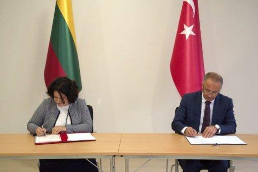 Turkijos valstybės archyvų vadovas Uğur Ünal ir Lietuvos vyriausioji archyvarė Kristina Ramonienė pasirašė istorinį protokolą