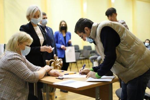 Į Lietuvą atvykusiems afganistaniečiams įteikti leidimai nuolat gyventi Lietuvoje