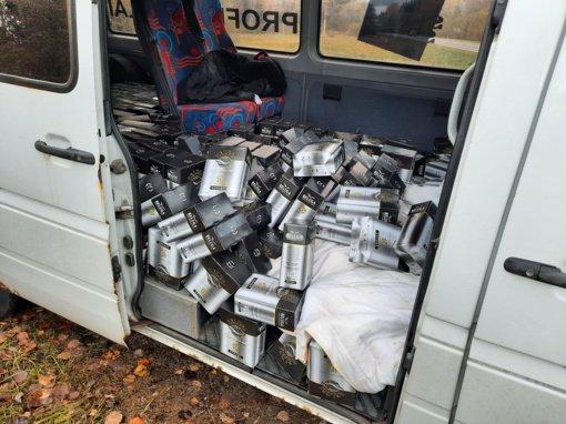 Klaipėdos muitininkai sulaikė mikroautobusą, vežusį toną rusiškos degtinės