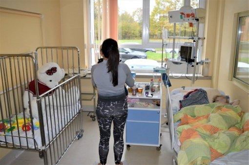 COVID-19 alinamų vaikų gydytojas gelbsti ir kelių dienų mažylius, kartais net kilus mirties grėsmei tėvai nenustoja neigti viruso